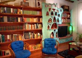Salón con gran biblioteca