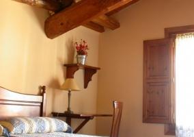Habitación con vigas de madera en el techo