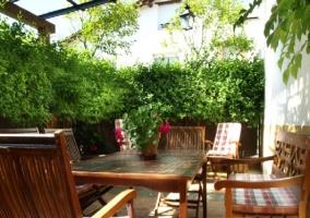 Mesas y bancos en la terraza