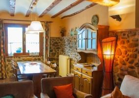Salón con sofás en tonos claros y chimenea