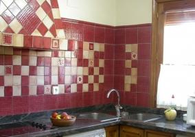 Cocina con azulejos rojos y blancos