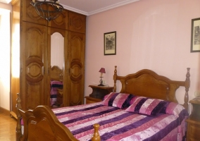 Cama de matrimonio blanca en dormitorio