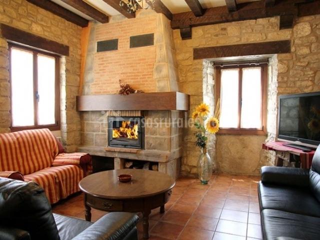 Casa artxitorena ii en unzu navarra for Sala de estar en el patio