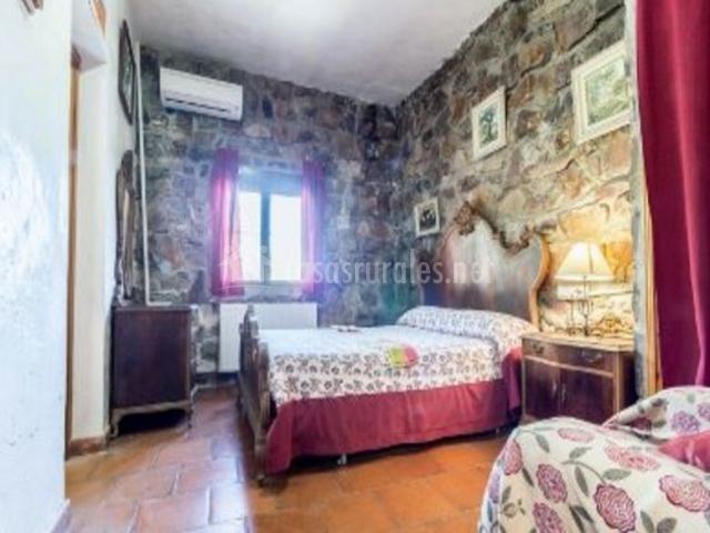 Dormitorio de matrimonio burdeos con ventana