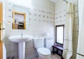 Dormitorio doble con el aseo en blanco
