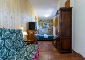 Dormitorio doble con toallas sobre las colchas