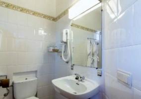 Dormitorio doble con toallas y aseo
