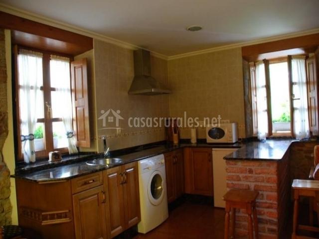 Cocina con muebles de madera y ventana