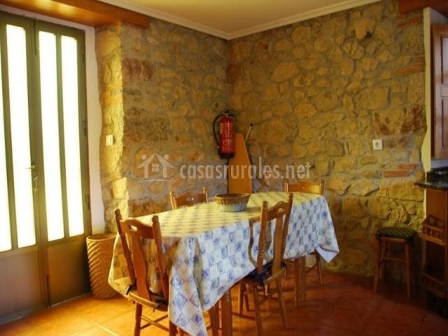Comedor con mesa amplia junto a la puerta