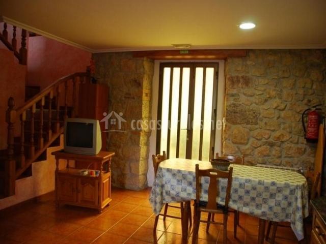 Sala de estar y comedor con escaleras