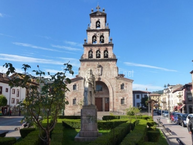 Zona de la iglesia y monumento a Don Pelayo