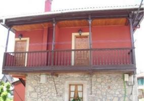 Vistas de la fachada lateral con balcones en la planta superior