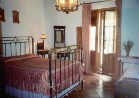 Dormitorio doble con cama de hierro