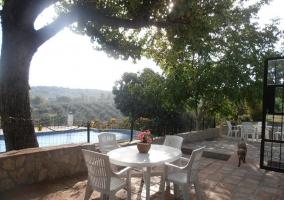 Zona de patio con mesa de jardín