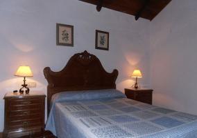Habitación con cama de matrimonio y techos de madera