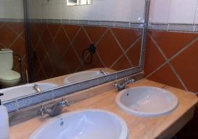 Baño con dos lavamanos