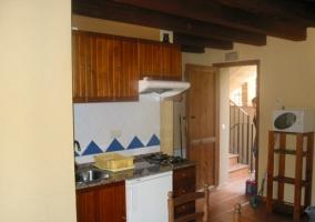 Cocina completa con muebles de madera y azulejo blanco y azul