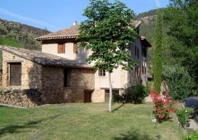 Fachada exterior de la casa con piedra vista