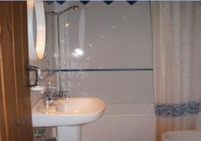 Cuarto de baño completo con azulejo blancos