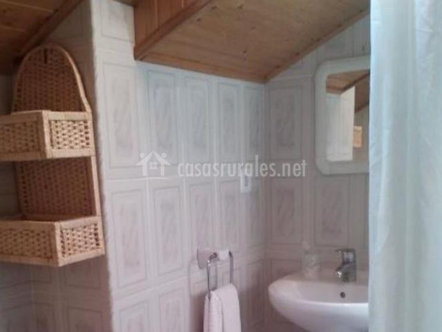 Aseo de la casa con techos de madera y lavabo