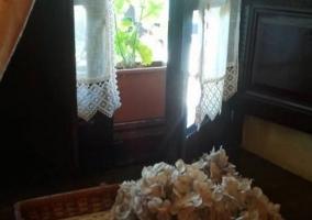 Dormitorio de matrimonio y detalle en la ventana