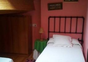 Dormitorio doble con paredes en rosa y colchas en blanco