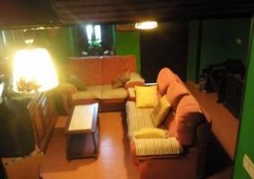 Sala de estar con paredes verdes y televisor