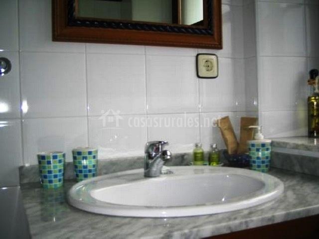 Lavabo en el cuarto de baño con espejo