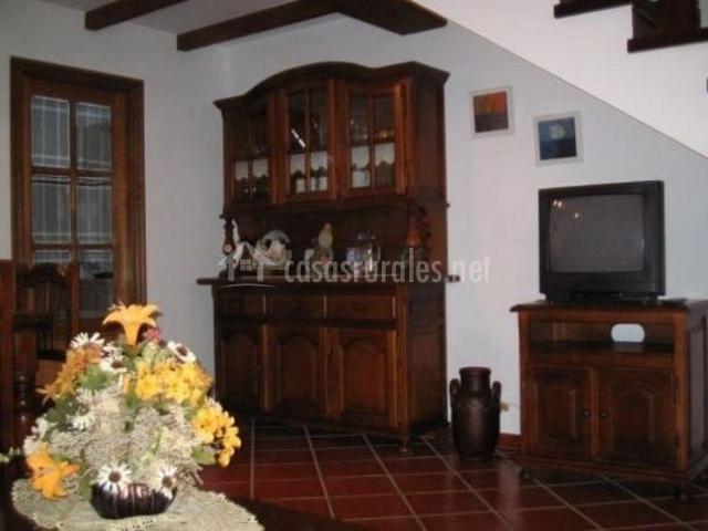 Salón comedor con mueble de madera