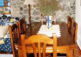 Detalle de la mesa del comedor con paredes de piedra