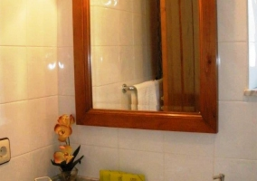 Detalle del lavabo con espejo de madera