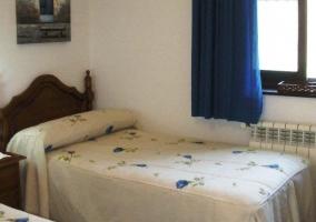 Dormitorio con dos camas individuales blancas