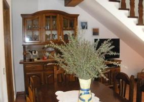 Mesa del comedor con alacena