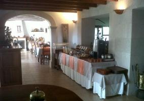 Comedor del hotel con ventanas
