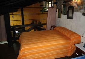 Dormitorio con mesillas