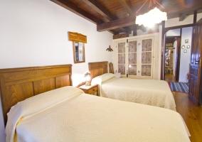 Dormitorio doble con colchas blancas