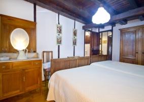 Dormitorio con camas juntas