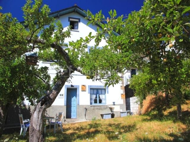 Casa el carbach n en robles de laciana le n for Jardines con arboles frutales