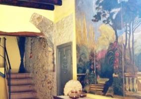 Mural decorativo y escaleras de madera