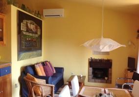 Sala de estar con chimenea y aire acondicionado
