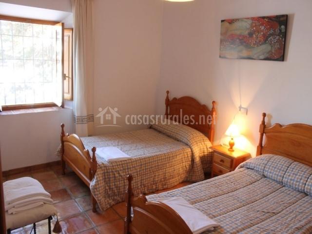 Habitación con dos camas individuales con edredones de cuadros