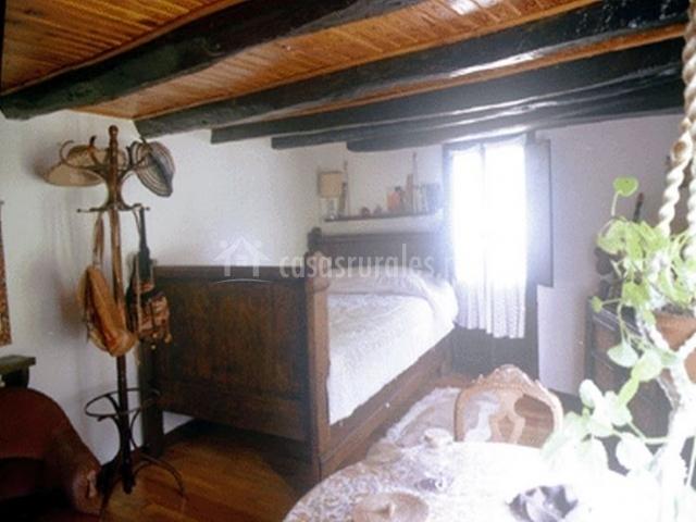 Dormitorio individual con mesa camilla