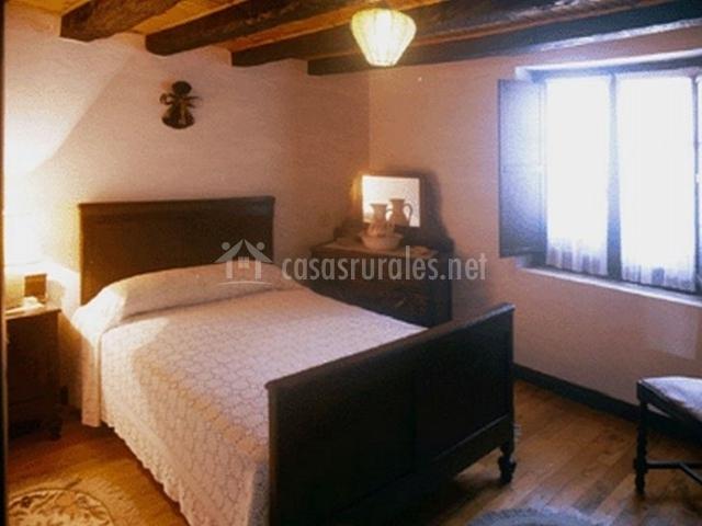 Dormitorio individual con techos de madera