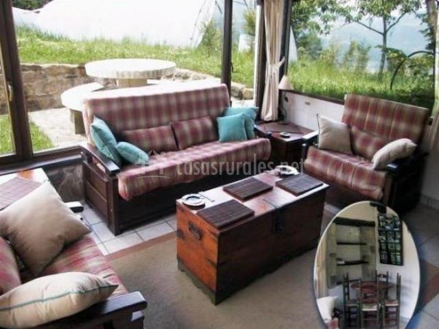 Salón con sofás y mesa de centro baúl