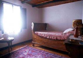 Dormitorio iluminado con techos de madera