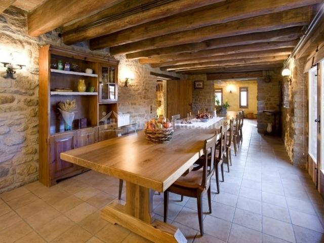 Comedor común con mesa y sillas de madera