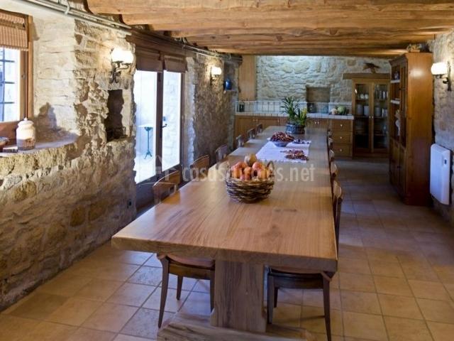Gran mesa de madera con sillas en la sala común