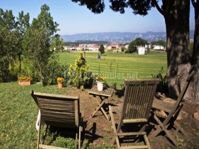 Mesa con sillas de madera hacia las vistas