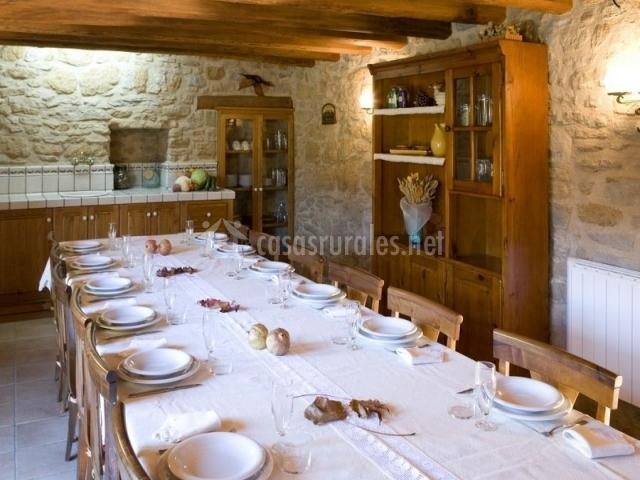 Sala común con mobiliario y mesa puesta