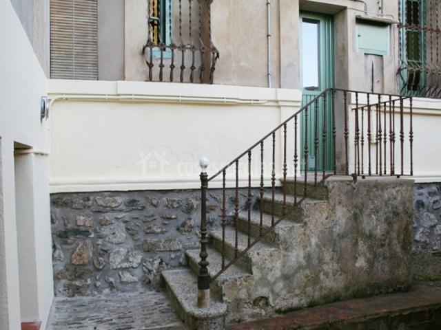 Mas la fabrega en sant feliu de pallerols girona for Escaleras entrada casa